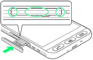 SIM/SDカード挿入口に、カードトレイを差し込む